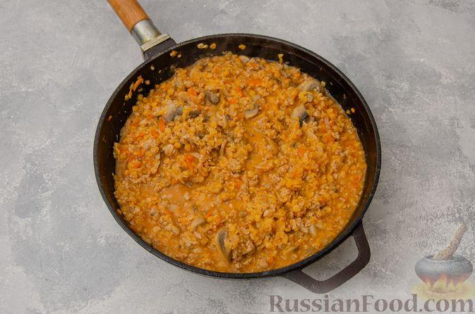 Фото приготовления рецепта: Чечевица с мясным фаршем и грибами (на сковороде) - шаг №8