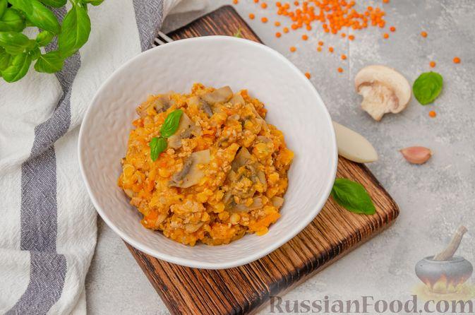 Фото приготовления рецепта: Чечевица с мясным фаршем и грибами (на сковороде) - шаг №10