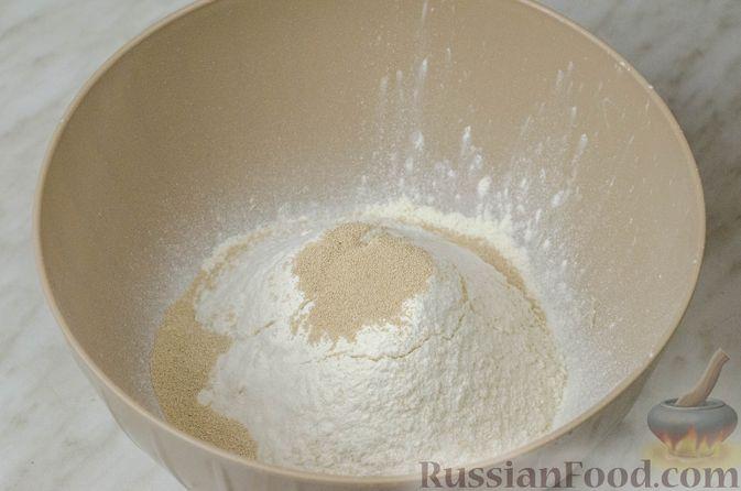 """Фото приготовления рецепта: Дрожжевой луковый пирог """"Писсаладьер"""" с помидорами, анчоусами и маслинами - шаг №2"""