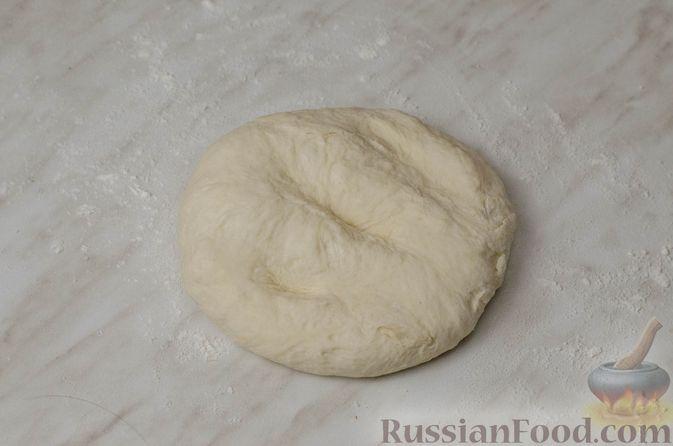"""Фото приготовления рецепта: Дрожжевой луковый пирог """"Писсаладьер"""" с помидорами, анчоусами и маслинами - шаг №5"""