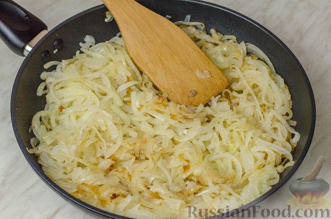 """Фото приготовления рецепта: Дрожжевой луковый пирог """"Писсаладьер"""" с помидорами, анчоусами и маслинами - шаг №8"""