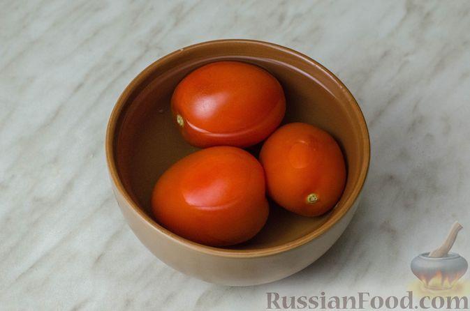 """Фото приготовления рецепта: Дрожжевой луковый пирог """"Писсаладьер"""" с помидорами, анчоусами и маслинами - шаг №9"""