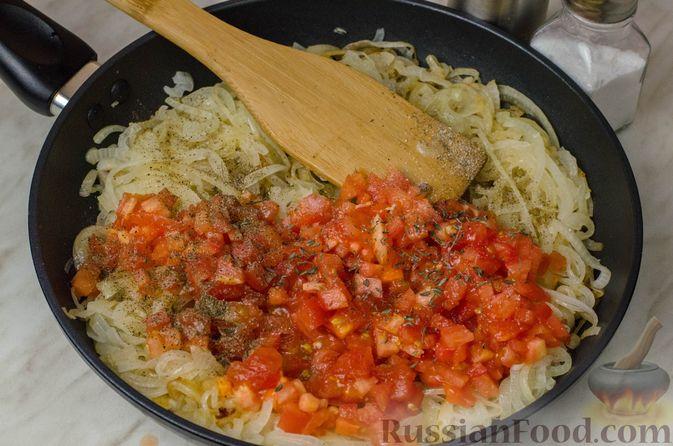 """Фото приготовления рецепта: Дрожжевой луковый пирог """"Писсаладьер"""" с помидорами, анчоусами и маслинами - шаг №11"""