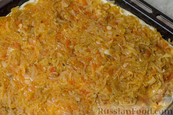 """Фото приготовления рецепта: Дрожжевой луковый пирог """"Писсаладьер"""" с помидорами, анчоусами и маслинами - шаг №16"""