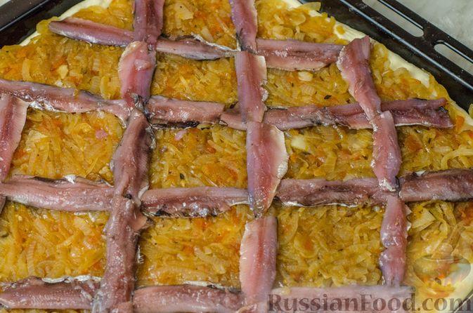 """Фото приготовления рецепта: Дрожжевой луковый пирог """"Писсаладьер"""" с помидорами, анчоусами и маслинами - шаг №17"""