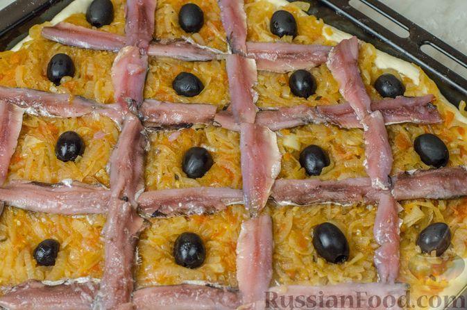 """Фото приготовления рецепта: Дрожжевой луковый пирог """"Писсаладьер"""" с помидорами, анчоусами и маслинами - шаг №18"""