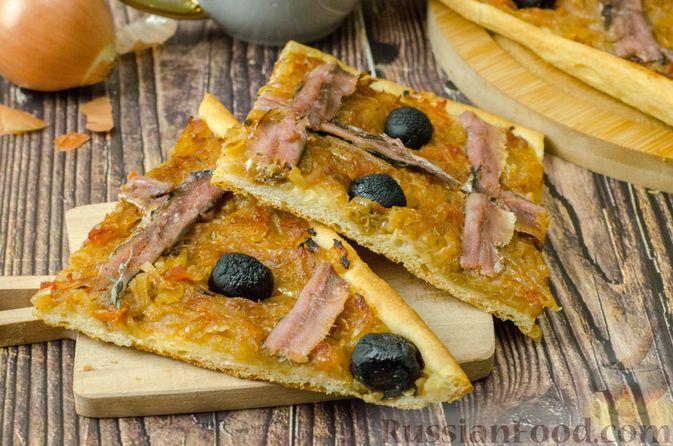 """Фото приготовления рецепта: Дрожжевой луковый пирог """"Писсаладьер"""" с помидорами, анчоусами и маслинами - шаг №20"""