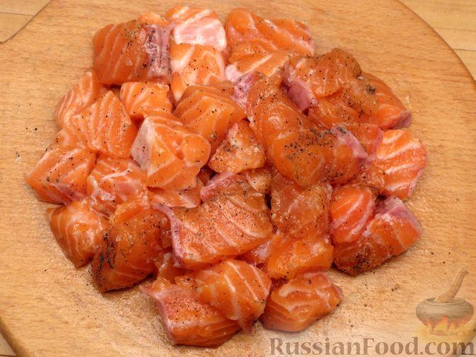 Фото приготовления рецепта: Картофельная запеканка с сёмгой и сырно-сливочным соусом - шаг №2