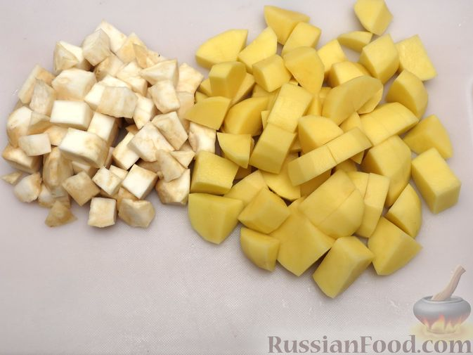 Фото приготовления рецепта: Картофельная запеканка с куриным фаршем и сельдереем - шаг №2