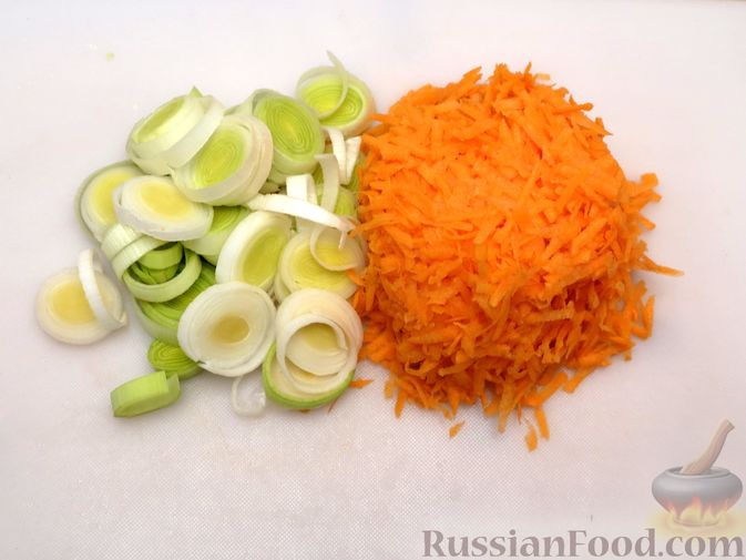 Фото приготовления рецепта: Картофельная запеканка с куриным фаршем и сельдереем - шаг №4