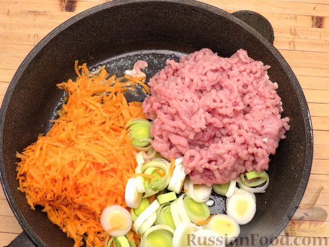 Фото приготовления рецепта: Картофельная запеканка с куриным фаршем и сельдереем - шаг №5