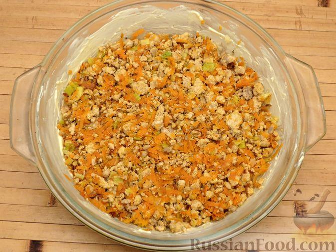Фото приготовления рецепта: Картофельная запеканка с куриным фаршем и сельдереем - шаг №11