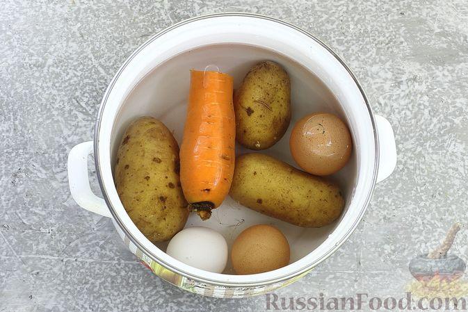 """Фото приготовления рецепта: Салат """"Селёдка под шубой"""" со свекольным желе - шаг №3"""