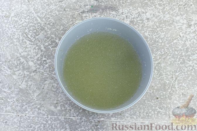 """Фото приготовления рецепта: Салат """"Селёдка под шубой"""" со свекольным желе - шаг №4"""