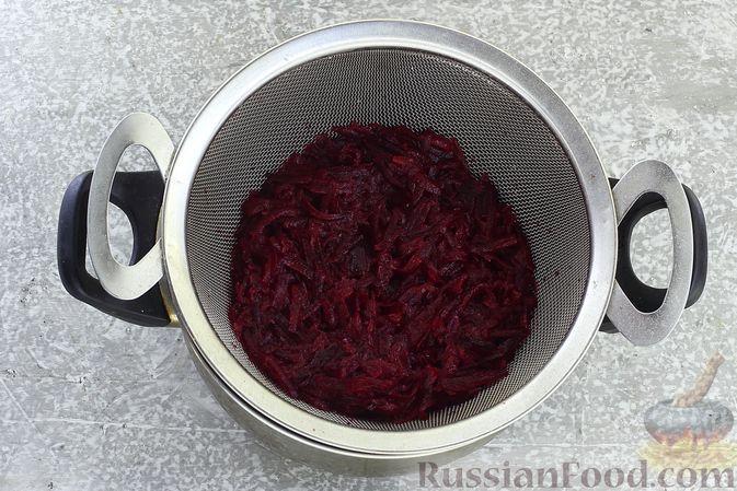 """Фото приготовления рецепта: Салат """"Селёдка под шубой"""" со свекольным желе - шаг №7"""