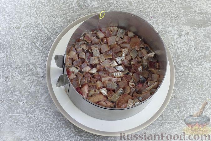 """Фото приготовления рецепта: Салат """"Селёдка под шубой"""" со свекольным желе - шаг №10"""
