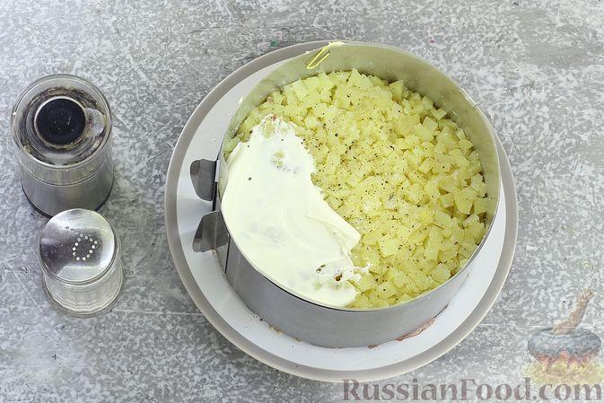 """Фото приготовления рецепта: Салат """"Селёдка под шубой"""" со свекольным желе - шаг №14"""