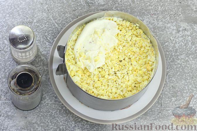 """Фото приготовления рецепта: Салат """"Селёдка под шубой"""" со свекольным желе - шаг №16"""