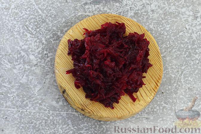 """Фото приготовления рецепта: Салат """"Селёдка под шубой"""" со свекольным желе - шаг №19"""