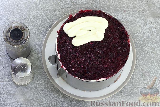 """Фото приготовления рецепта: Салат """"Селёдка под шубой"""" со свекольным желе - шаг №20"""