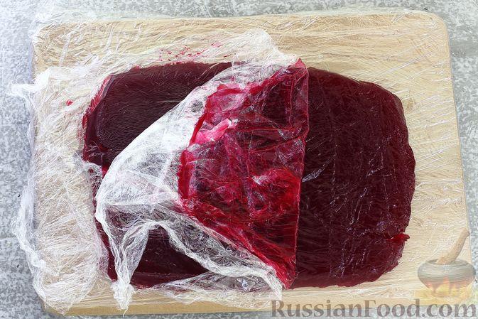 """Фото приготовления рецепта: Салат """"Селёдка под шубой"""" со свекольным желе - шаг №23"""