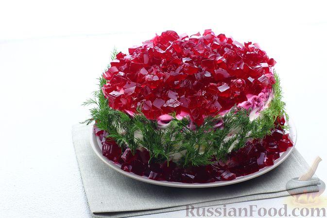 """Фото приготовления рецепта: Салат """"Селёдка под шубой"""" со свекольным желе - шаг №26"""