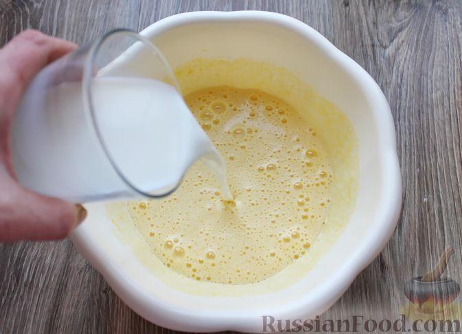 Фото приготовления рецепта: Заливной пирог на молоке, с вареньем - шаг №3