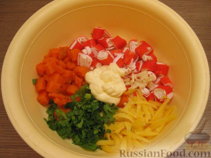 салат с крабовыми палочками и морковью вареной