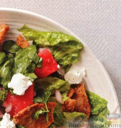 Рецепт Арбузный салат с помидорами, луком и сыром