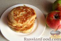 Фото к рецепту: Дрожжевые оладушки на молоке с яблоками