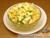 Фото к рецепту: Сырный салат с яблоками и огурцами