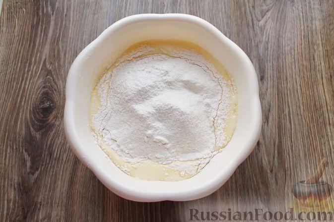 Фото приготовления рецепта: Заливной пирог на молоке, с вареньем - шаг №5