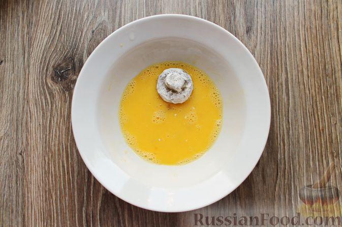Фото приготовления рецепта: Шампиньоны в панировке, жаренные во фритюре - шаг №10