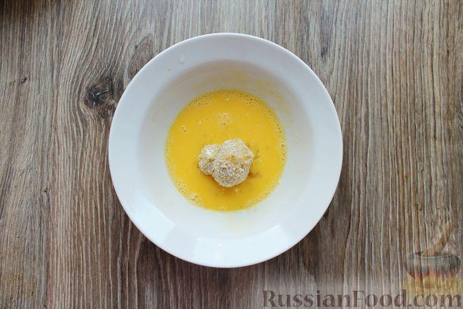 Фото приготовления рецепта: Шампиньоны в панировке, жаренные во фритюре - шаг №12