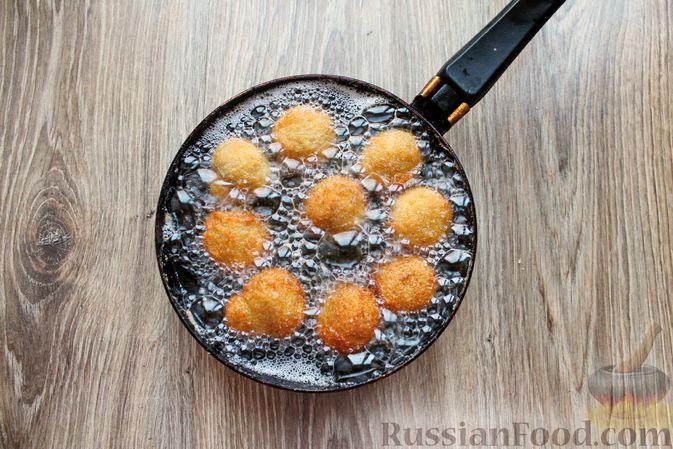 Фото приготовления рецепта: Шампиньоны в панировке, жаренные во фритюре - шаг №14