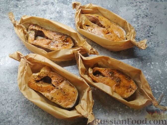 Фото приготовления рецепта: Стейки кеты, запечённые с помидорами и сыром - шаг №2