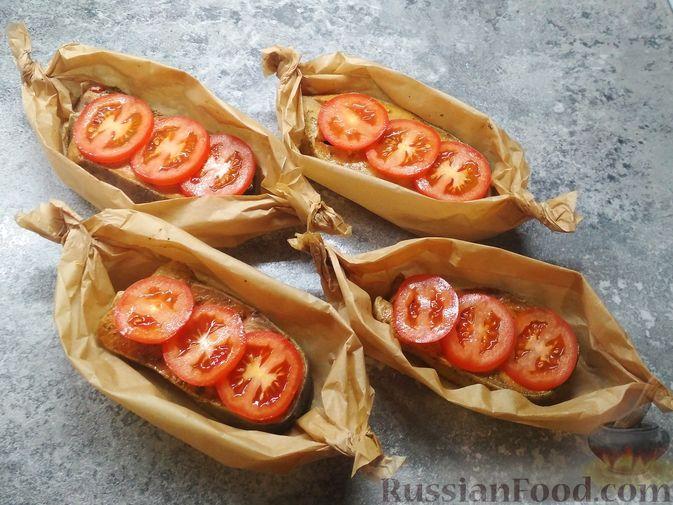 Фото приготовления рецепта: Стейки кеты, запечённые с помидорами и сыром - шаг №3