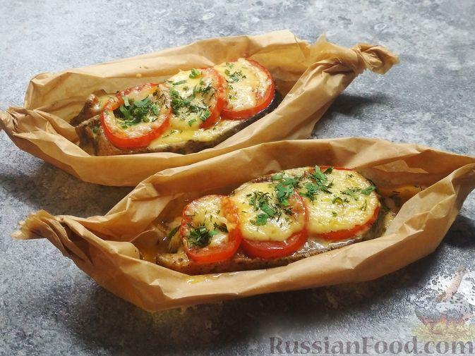 Фото приготовления рецепта: Стейки кеты, запечённые с помидорами и сыром - шаг №4