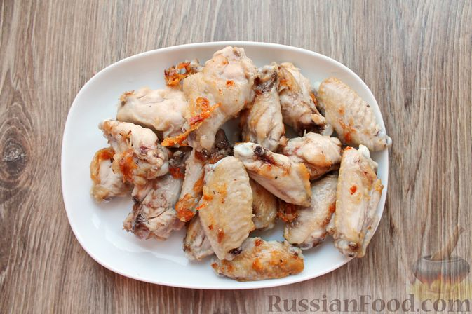 Фото приготовления рецепта: Куриные крылышки, тушенные в сметанно-томатном соусе - шаг №3
