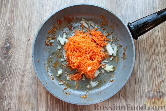 Фото приготовления рецепта: Куриные крылышки, тушенные в сметанно-томатном соусе - шаг №5