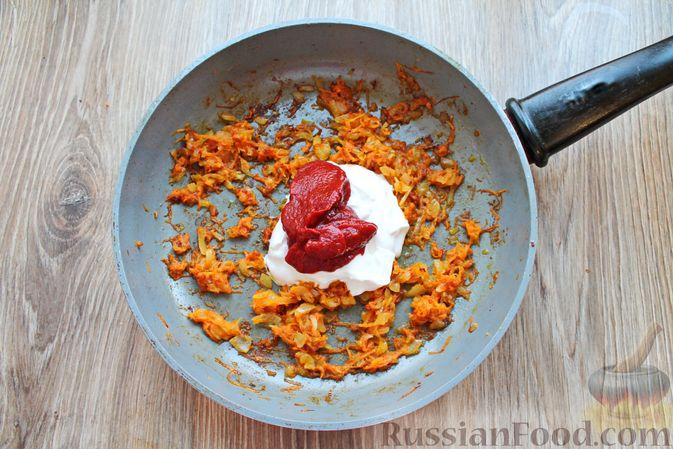 Фото приготовления рецепта: Куриные крылышки, тушенные в сметанно-томатном соусе - шаг №7