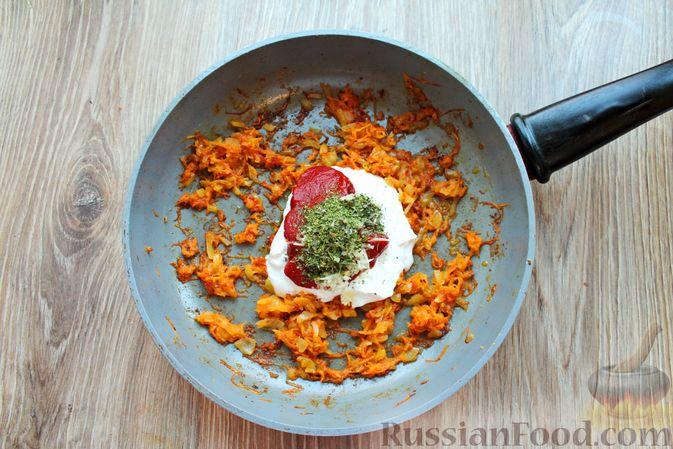 Фото приготовления рецепта: Куриные крылышки, тушенные в сметанно-томатном соусе - шаг №9