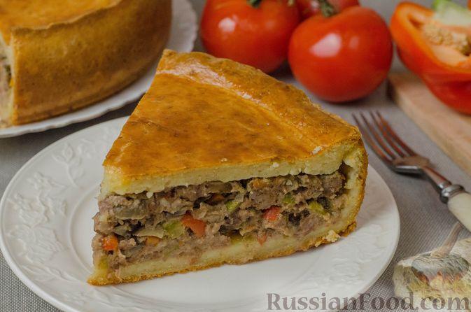 Фото к рецепту: Пирог из творожного теста с мясным фаршем, куриной печенью, грибами и овощами