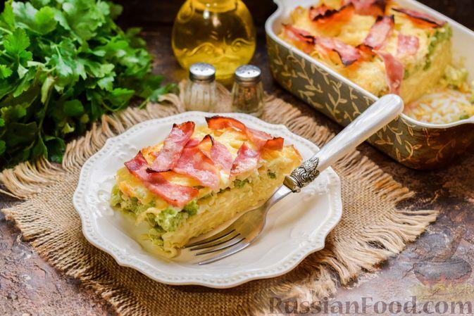 Фото к рецепту: Запеканка из лапши с брокколи, зелёным горошком, беконом и сыром