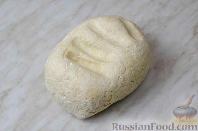 Фото приготовления рецепта: Пирог из творожного теста с мясным фаршем, куриной печенью, грибами и овощами - шаг №6