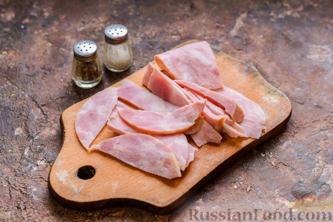 Фото приготовления рецепта: Запеканка из лапши с брокколи, зелёным горошком, беконом и сыром - шаг №3