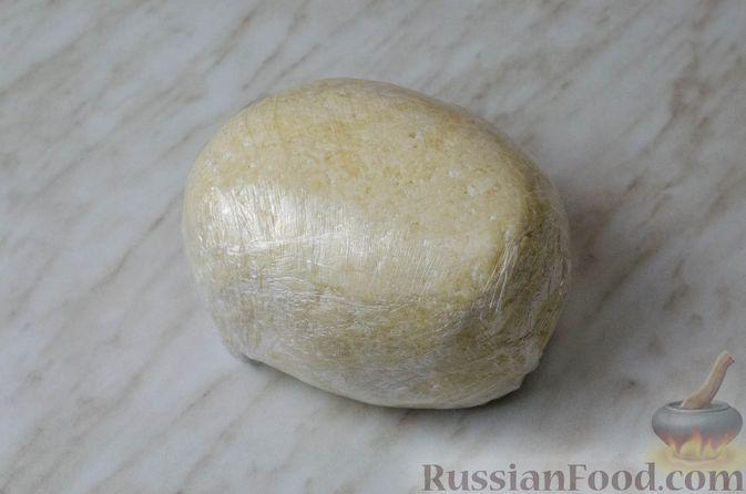 Фото приготовления рецепта: Пирог из творожного теста с мясным фаршем, куриной печенью, грибами и овощами - шаг №7