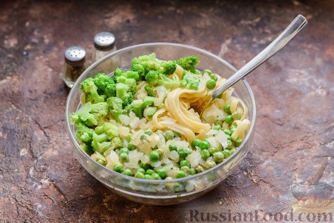 Фото приготовления рецепта: Запеканка из лапши с брокколи, зелёным горошком, беконом и сыром - шаг №11