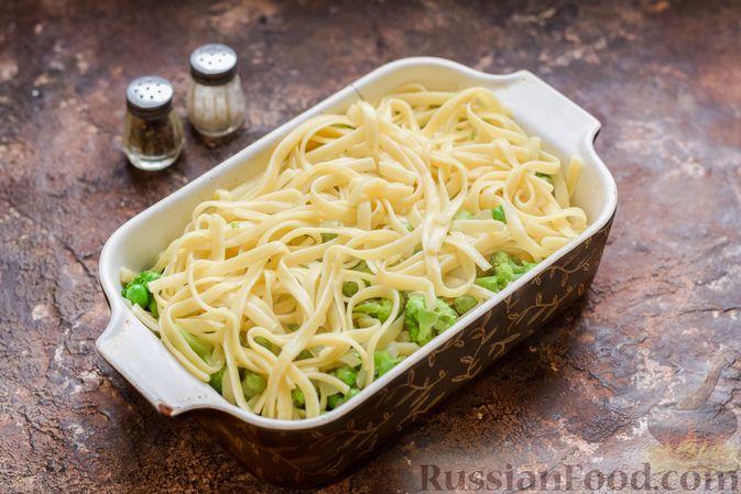 Фото приготовления рецепта: Запеканка из лапши с брокколи, зелёным горошком, беконом и сыром - шаг №12