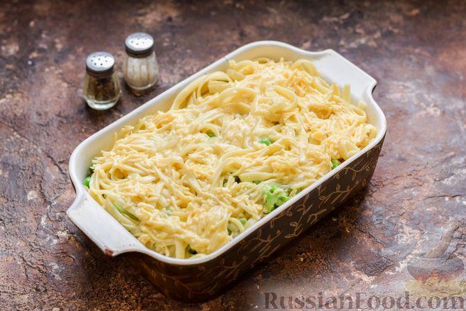 Фото приготовления рецепта: Запеканка из лапши с брокколи, зелёным горошком, беконом и сыром - шаг №13